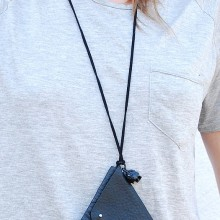 Buy Necklace - Black triangle with discount from Modekungen.